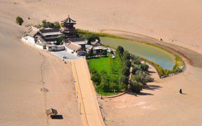 Khám phá hồ bán nguyệt độc đáo giữa sa mạc Trung Quốc